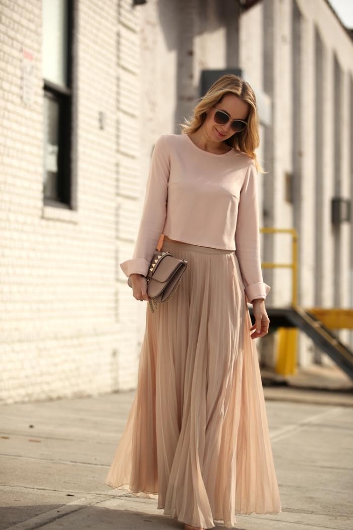 tenue femme chic en jupe hiver, comment assortir les couleurs de ses vêtements, idée tenue en jupe nude et blouse rose pâle