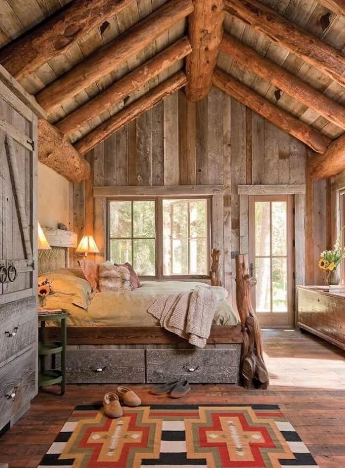 Bois flotté deco rustique, deco chalet montagne nature en bois, tapis géométrique à côté du lit bois et fer, cool idée déco cabine dans la montagne