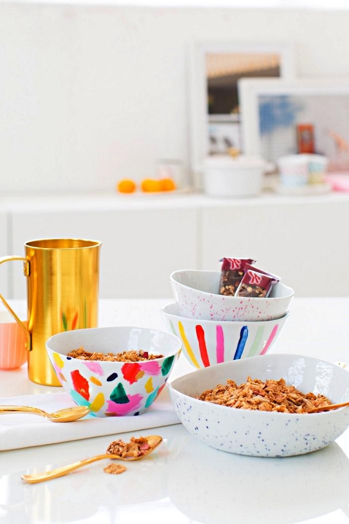customiser des bols petit-déjeuner avec de la peinture céramique de couleurs différentes, bol décoré avec des motifs aléatoires colorés en peinture à porcelaine