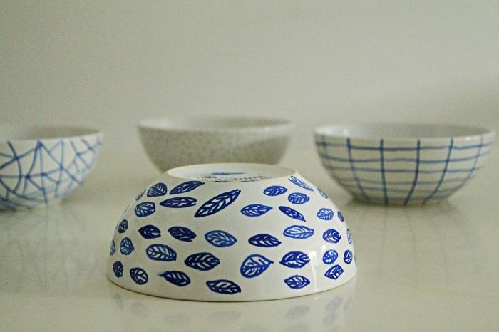 ensemble de bols décorée au feutre porcelaine, bols à motifs graphiques en bleu