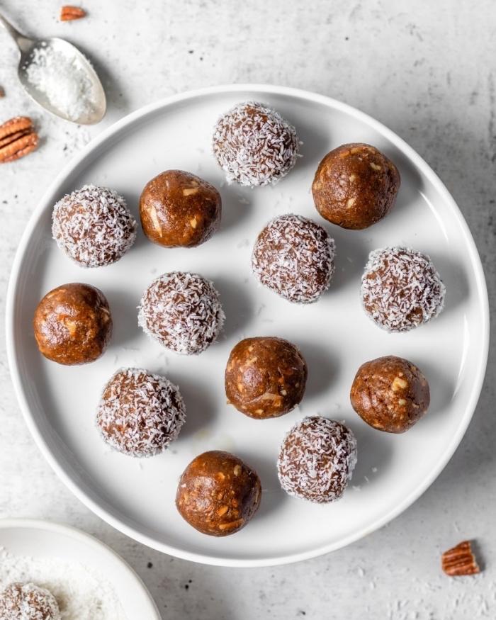 noix de pecan, flacons de noix de coco pour faire bonbon vegan simple, idee régime cétogène recette facile et saine