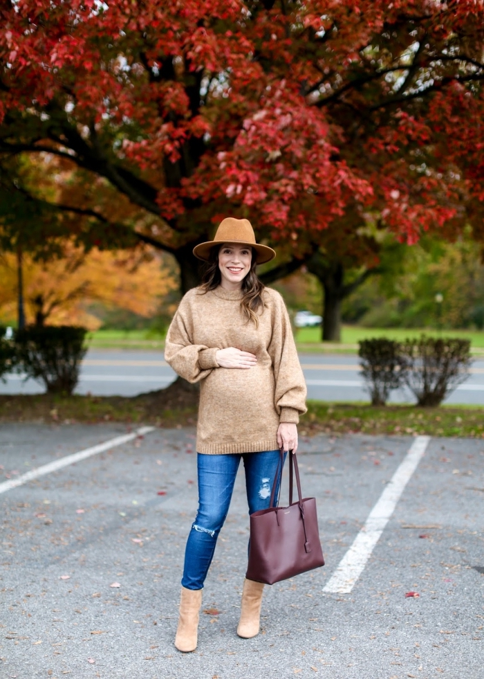modèle de pull-over loose en beige femme, idée vetement de grossesse, tenue femme grossesse en jeans et pull