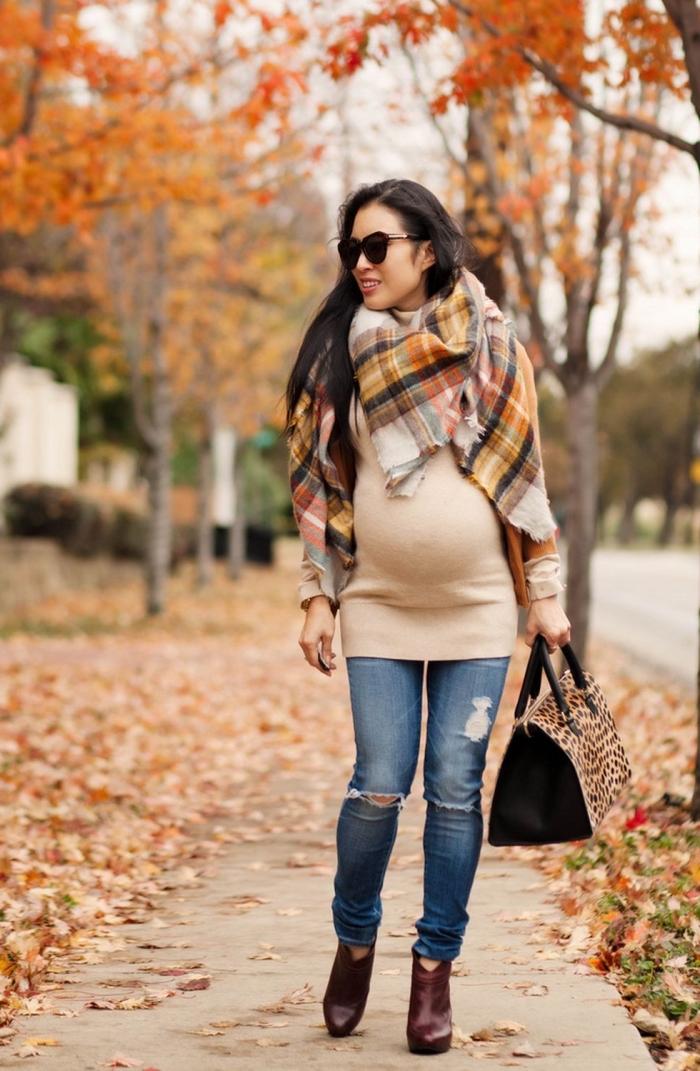 modèle de robe maternité tunique en beige, look femme grossesse en jeans déchirés avec robe pull et écharpe