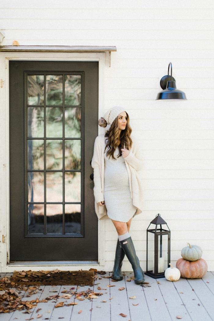 idée robe grossesse de style casual chic, tenue femme enceinte en robe gris clair avec gilet beige et bonnet blanc