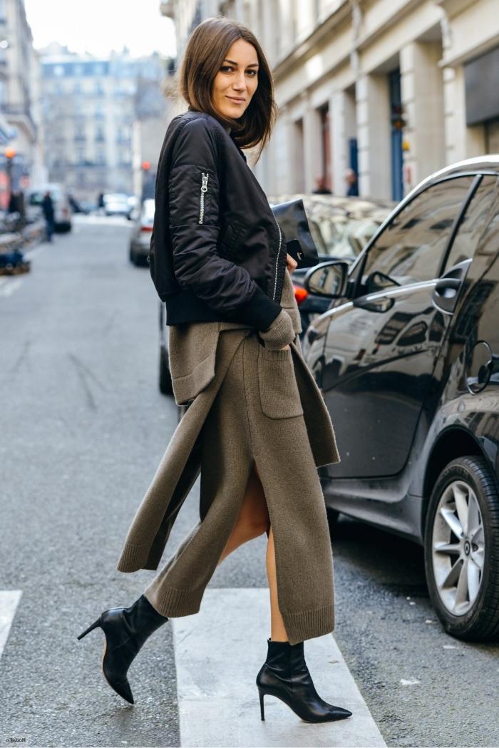 idée vêtements tendances 2019 femme, modèle de jupe hiver avec poche et fente couleur vert foncé avec chaussures hautes et veste noires