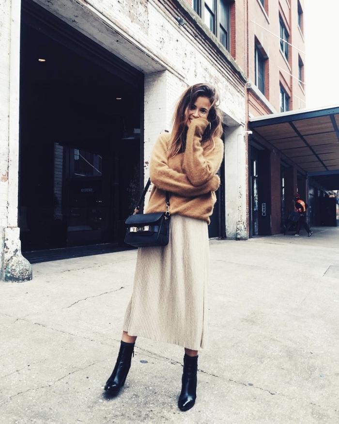 look casual chic femme en jupe longue fendue beige et pull, modèle de bottines cuir noir avec jupe et pull marron