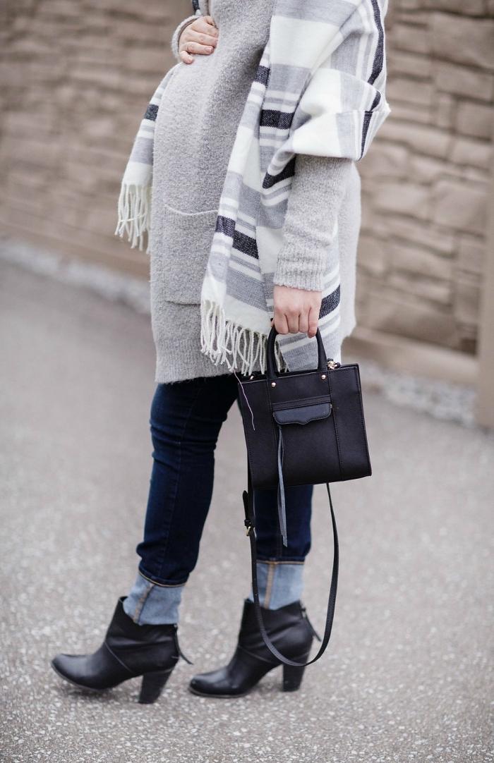 idée vetement de grossesse, look femme enceinte en jeans foncés avec manteau gris clair et écharpe longue à franges