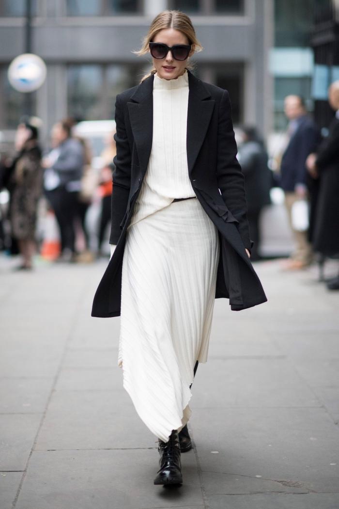 tenue classe femme en blanc et noir, idée look femme stylé en jupe fluide blanche avec manteau long en noir