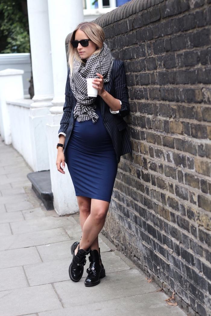 idée robe femme enceinte de couleur bleu foncé, tenue femme grossesse en robe mi longue avec bottines et blazer