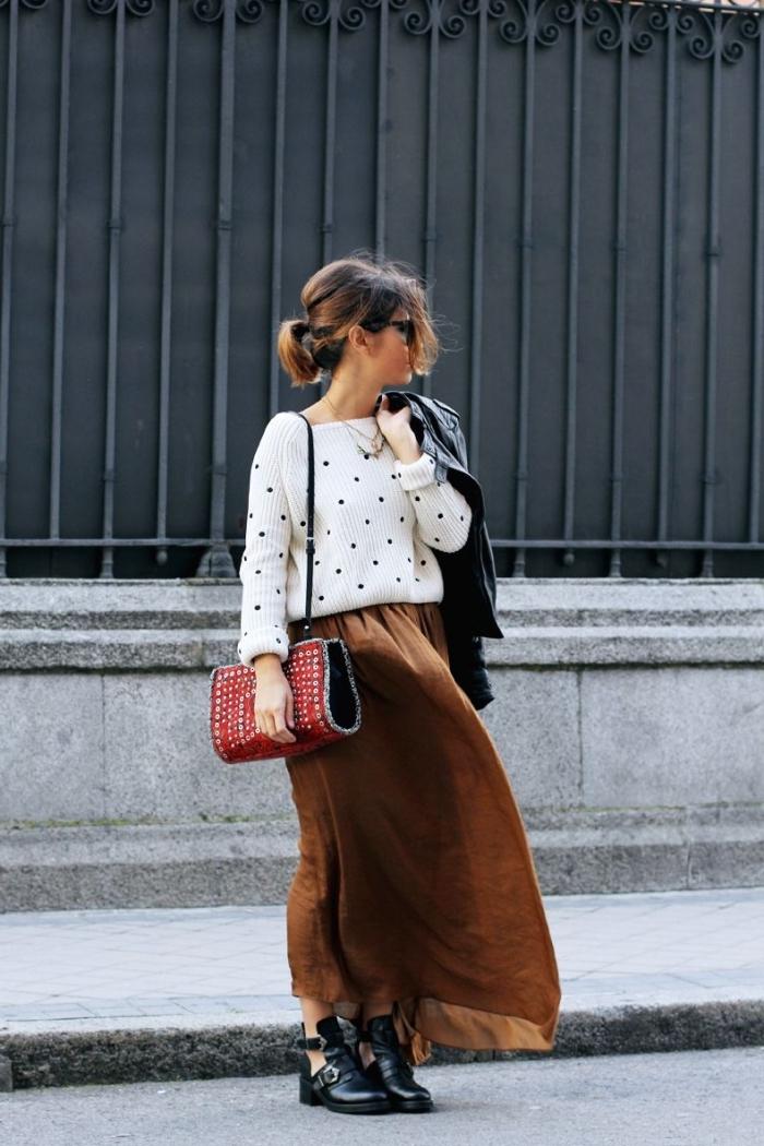 idée tenue chic femme, style vestimentaire femme casual chic en pull polka dots et jupe en daim avec bottes simili cuir