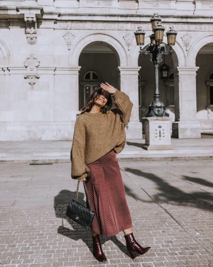comment assortir les couleurs de ses vêtements automne 2019, tenue chic femme en jupe bordeaux longue et pull marron