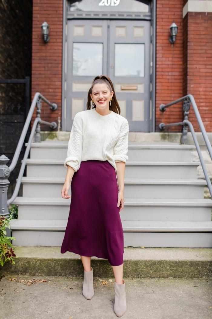 exemple comment porter une jupe taille haute couleur violet avec pull, idée tenue hiver femme en jupe et pullover