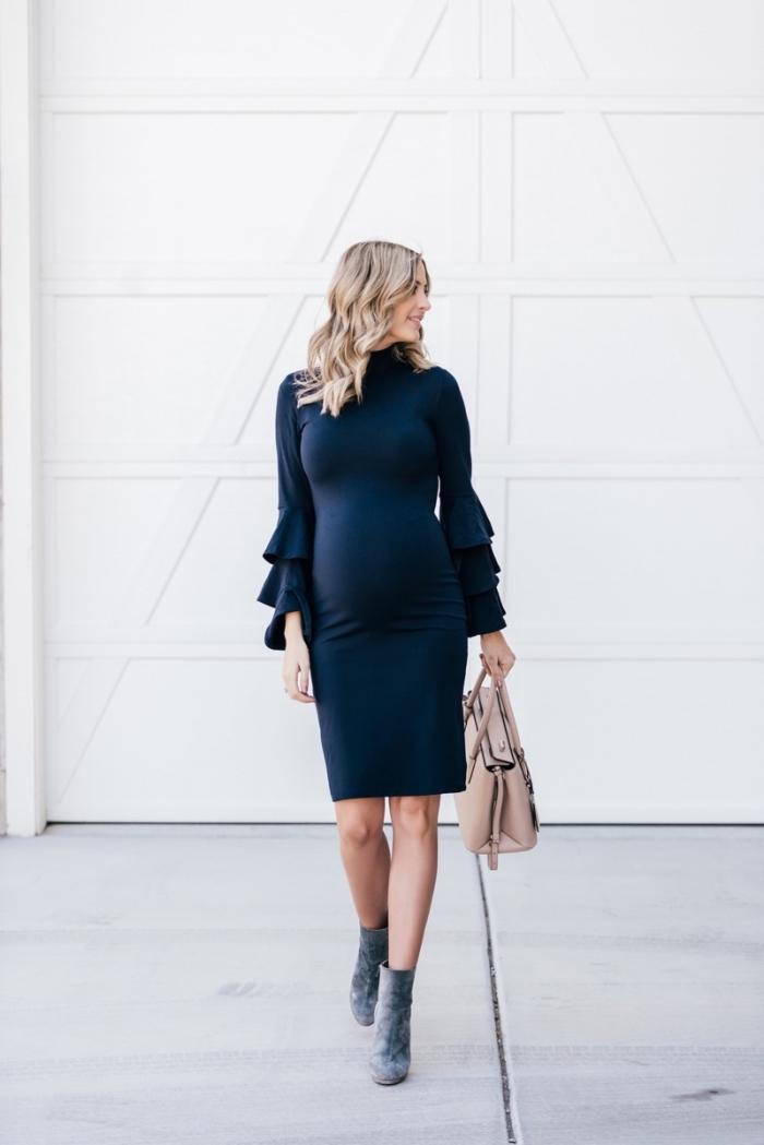 idée robe de soirée grossesse en bleu foncé, look femme enceinte en robe grossesse habillée à manches bouffantes à volants