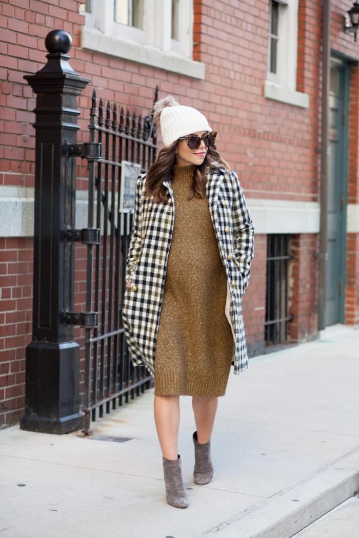 mode femme enceinte automne hiver, idée robe maternité pull de couleur dorée combinée avec manteau carreaux