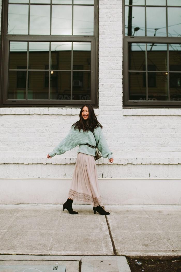 comment porter les couleurs pastel en hiver, idée tenue femme chic en jupe longue boheme couleur rose pastel et pull vert pastel