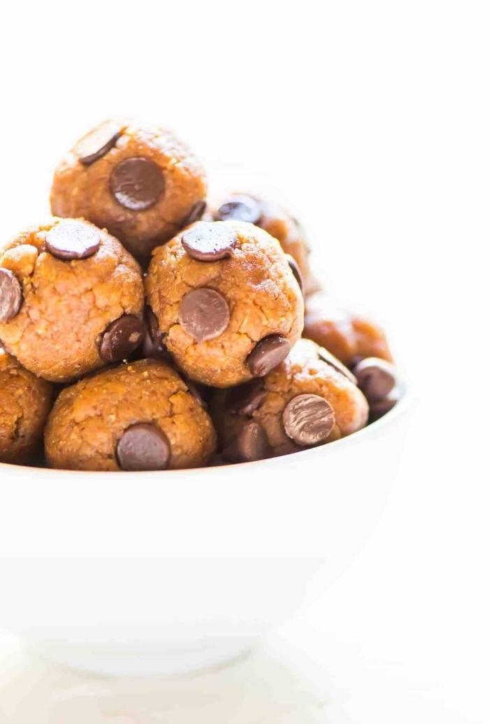 beurre de cacahuete et pepites de chocolat, idée de régime cétogène, boules truffes vegans a faire soi meme