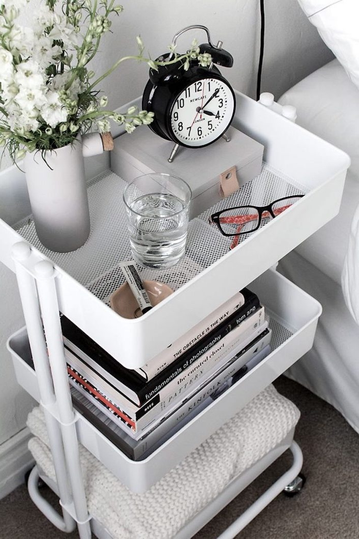 table de nuit diy a faire soi meme avec trois paniers de rangement pour ranger livres, plaud, réveil et petit vase de fleurs, diy deco chambre