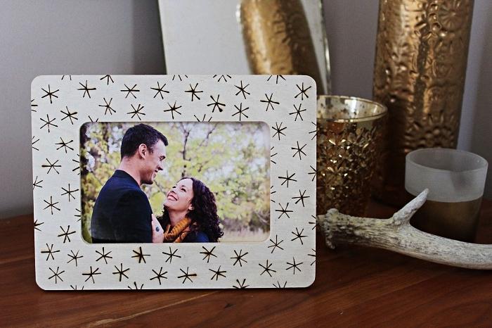 personnaliser un cadre photo bois avec la technique de la pyrogravure, deco cadre photo avec motifs simples réalisée avec la technique de la pyrogravure