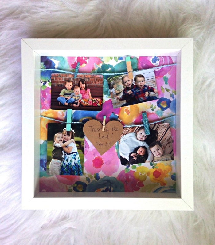 ikea cadre photo blanc customisé avec du papier scarapbooking à l'imprimé floral et de la corde, pêle-mêle avec pinces à linge décoratives