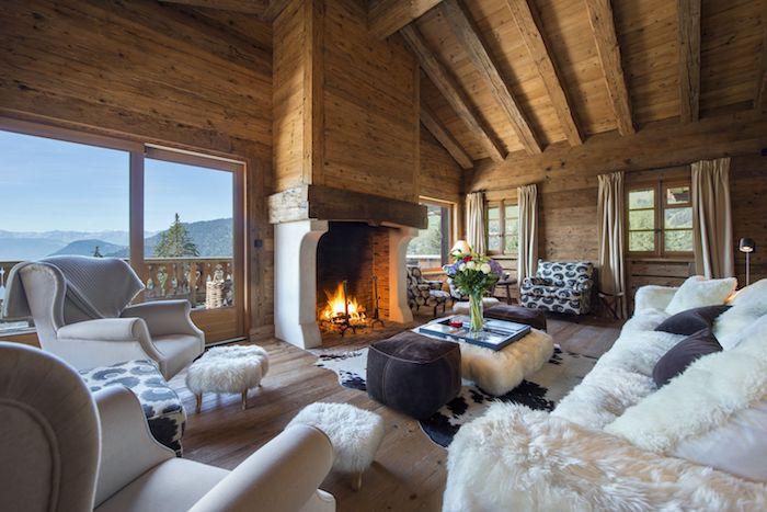 Bois déco salon cocooning, interieur chalet cool idée confort cheminée feu allumé, fenetre grande avec belle vue