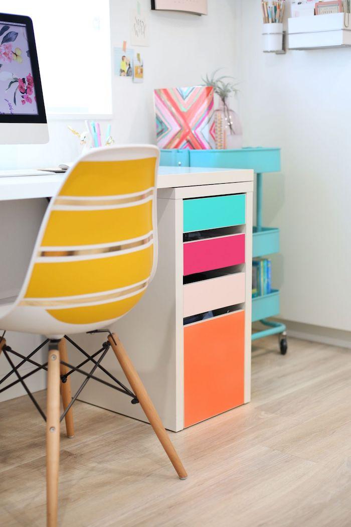 Bureau avec placards de rangement colorés, chaise jaune et blanc, customiser meuble, relooker un meuble vintage en nouveau