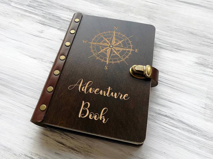 Livre d'aventures avec couverture en cuir, idée cadeau anniversaire, idée cadeau sur le thème de voyage