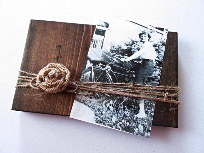 support photo au design rustique en bois récup décoré avec rose en toile de jute et des fils de chanvre