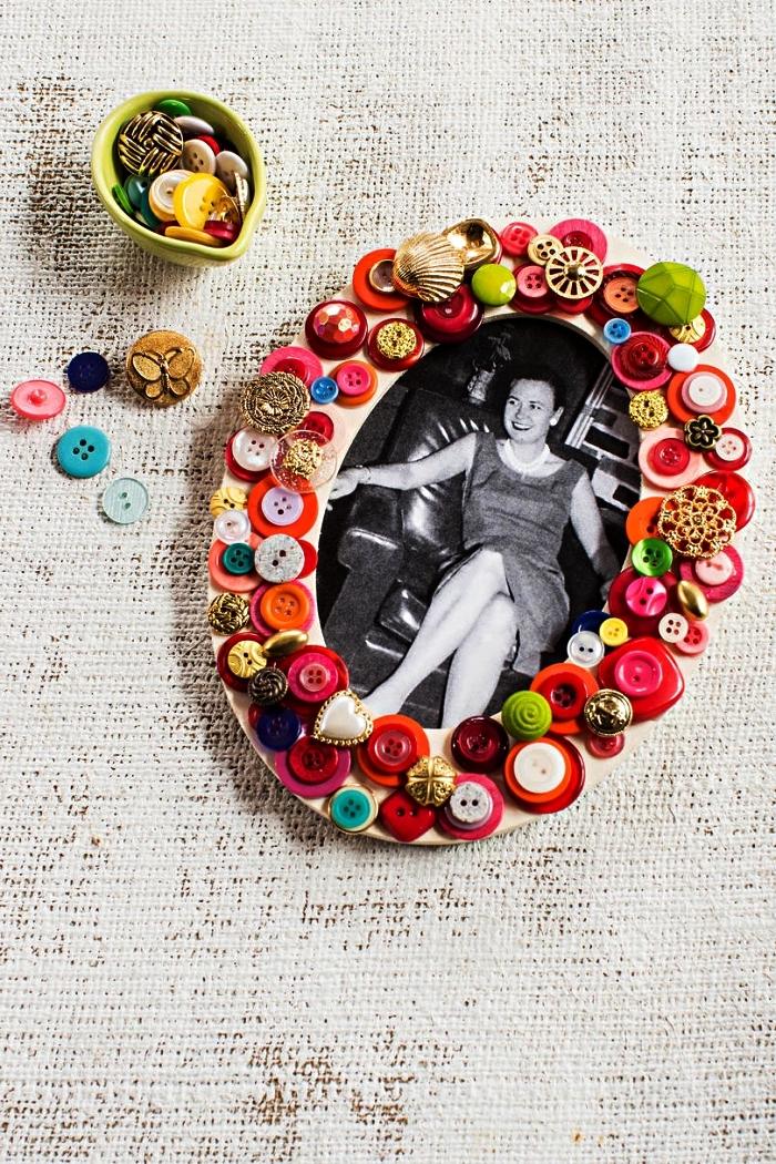 idée de cadeau personnalisé pour la fête des mères, customiser un cadre photo avec des boutons