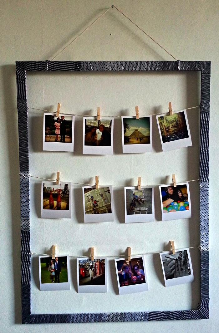 cadre photo pele mele accroché au mur et habillé de papier imprimé, cadre avec de la ficelle pour y accrocher ses tirages polaroid