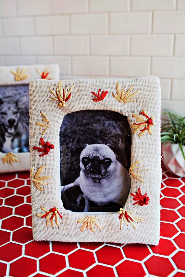 un cadre photo habillé de toile de jute brodée, deco cadre photo avec des broderie fleurs