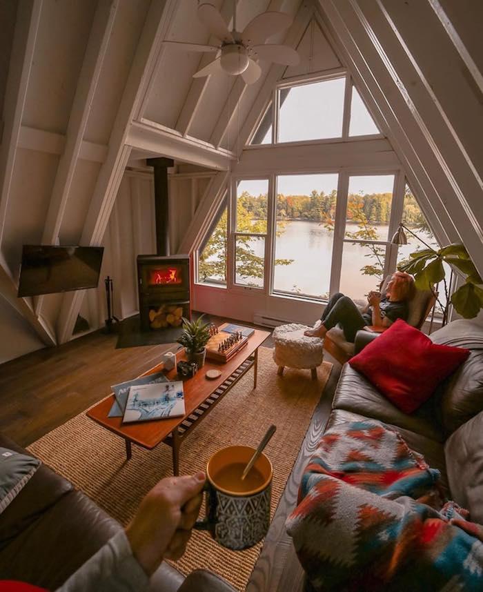 Canapé avec couverture hippie chic, déco chambre cocooning, interieur chalet hygge confort, cosy décoration chambre claire