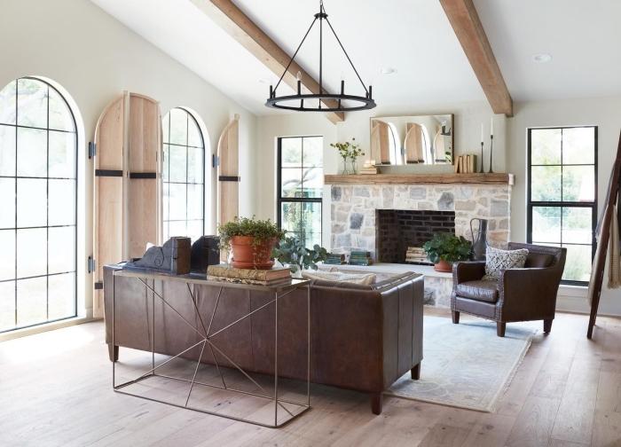 comment aménager une pièce sous pente, déco cocooning dans un salon blanc avec meubles cuir et sol bois