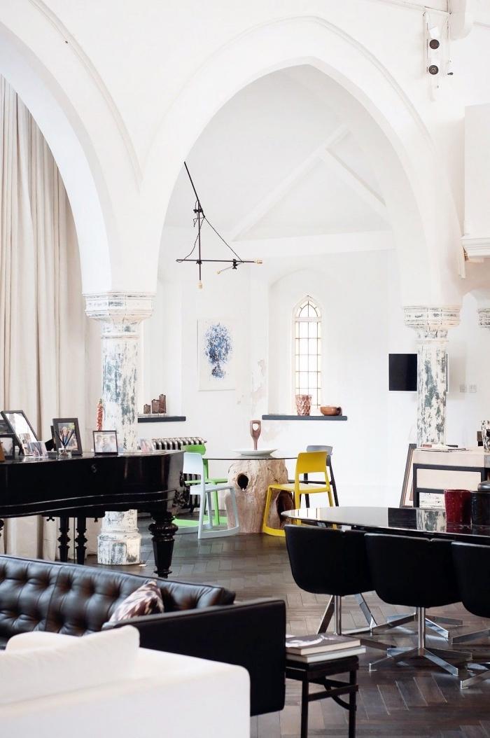 comment décorer l'espace sous un plafond cathédrale, idée aménagement de studio avec meubles rétro en noir et accents modernes