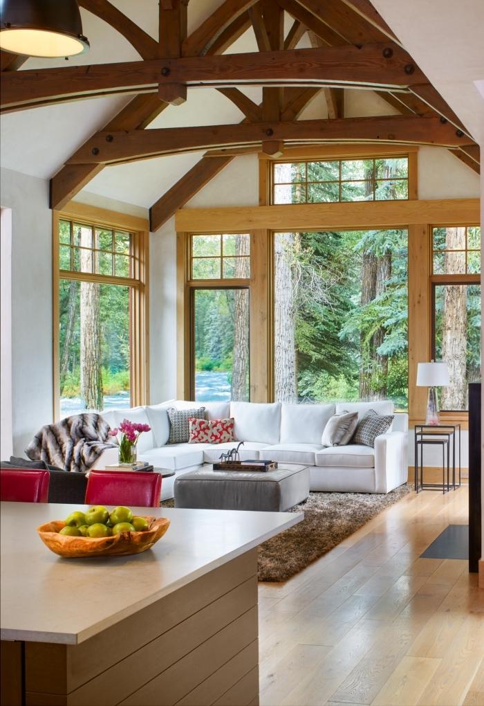 aménagement espace sous plafond haut, idée deco salon cosy aux murs blancs avec sol et fenêtres en bois clair