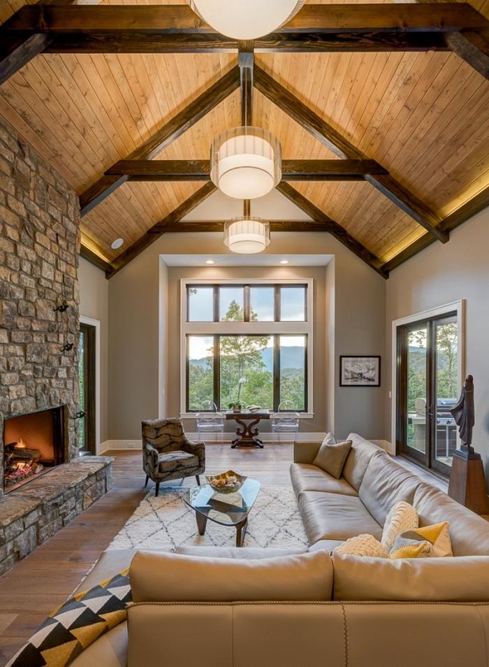 exemple comment décorer l'espace sous un plafond cathédrale, design salon rustique et moderne aux murs gris clair avec toit bois