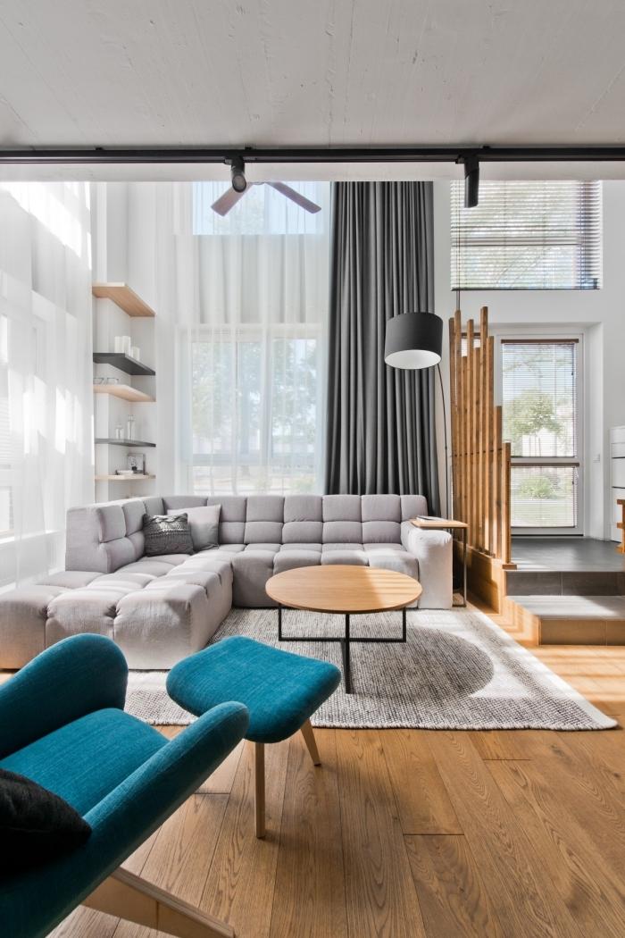 design contemporain dans un studio à plafond haut, idée deco salon scandinave moderne en blanc et nuances de gris