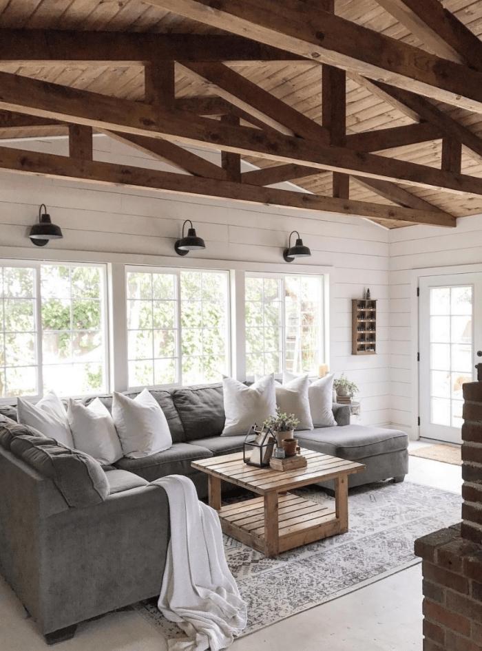 idée deco salon cosy, quelle couleur avec le gris dans la déco, modèle de plafond à deux pentes couvert de planches bois