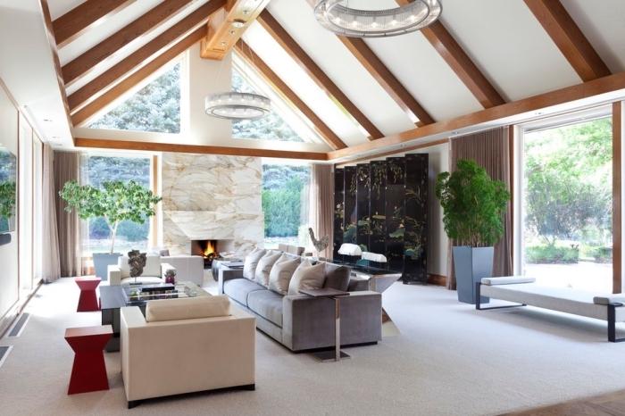 idée deco salon cosy aux murs blancs avec meubles en tissu de couleurs neutres, agencement salon avec cheminée