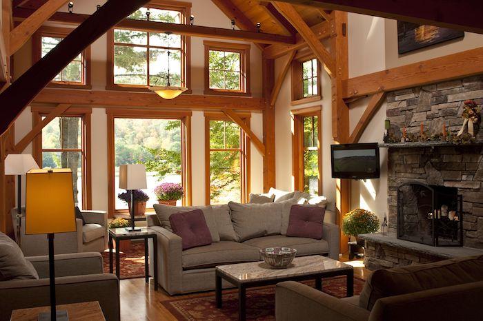 Canapé gris avec coussins colorés, idée décoration salon cosy, deco montagne chic intérieur dans petit maison