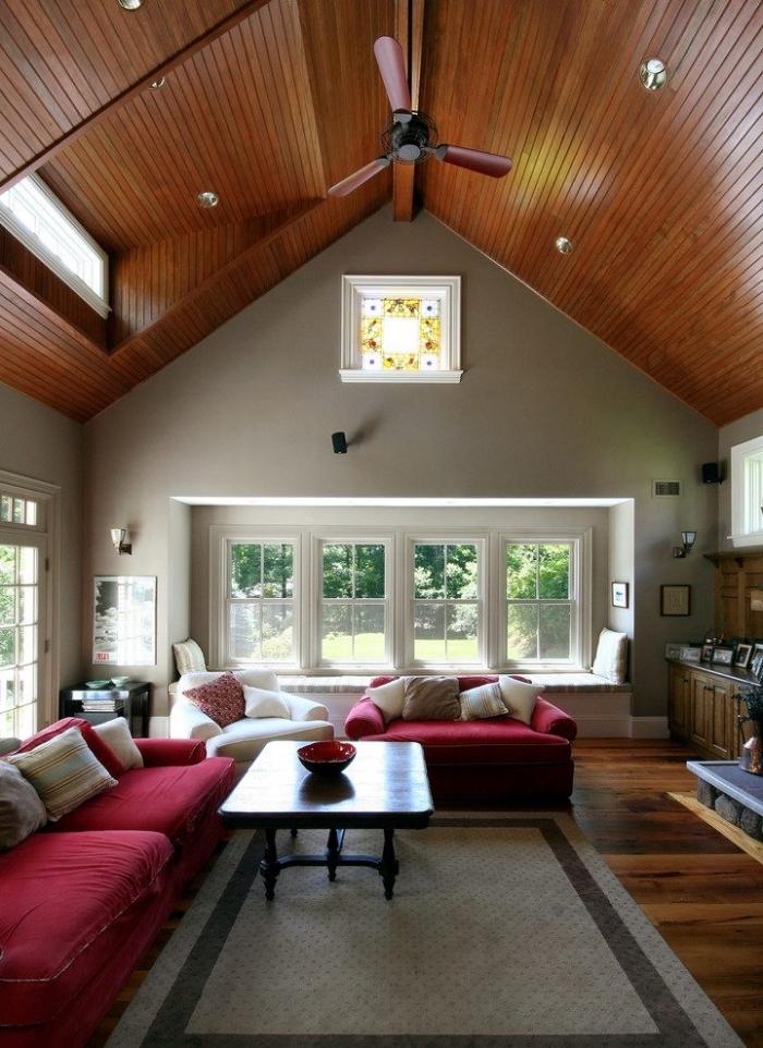 comment aménager l'espace sous un toit cathédrale, modèle de plafond à deux pentes couvert de planches bois marron avec fenêtre