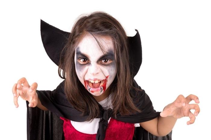 exemple de maquillage vampire fille, idée déguisement Halloween pour fille ou garçon, costume vampire DIY