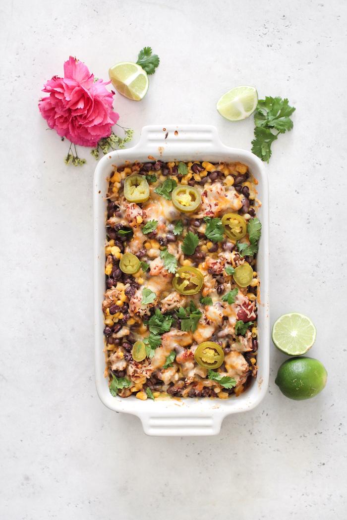 plat à four avec repas façon tacos, casserole viande hachée, mais, haricots noirs et fromages, idée repas du soir à faire soi meme
