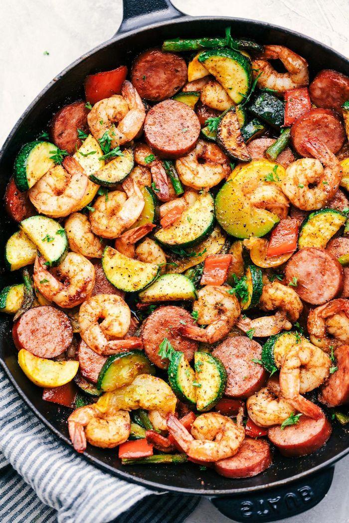 repas aux crevettes, saucisse et légumes dont courgettes et asperges, menu de la semaine équilibré