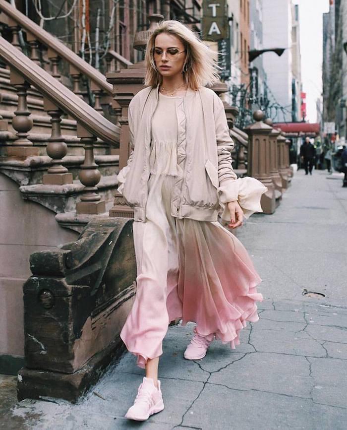 Rose pale veste sportive, robe habillée ombré rose et beige, baskets et robe longue bohème chic, s'habiller bien en hiver tendances