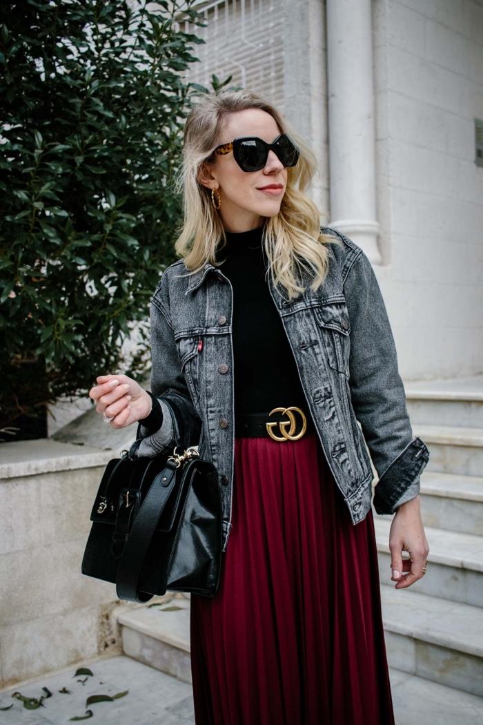 look casual chic femme, modèle de jupe longue bordeaux plissée avec top noir et veste en jeans foncé, accessoires mode hiver femme