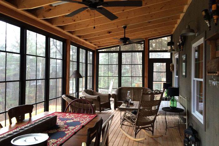 Chaise balançoire déco chalet, intérieur petit chalet en bois dans la montagne, fenêtre grande terrasse salle à manger et salon