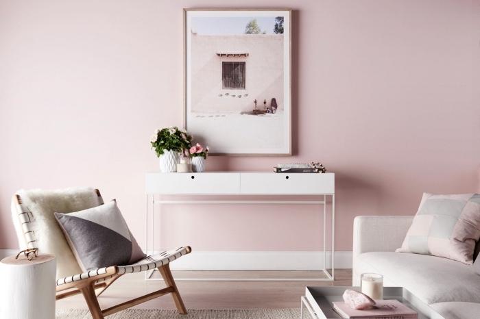 peinture murale de nuance rose pale, design chambre féminin avec coin repos aménagé avec bureau blanc et chaise bois