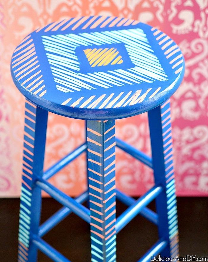 Chaise bleu et rose, idée comment transformer une chaise haute, meuble relooké, ceruser un meuble vintage en meuble réparé