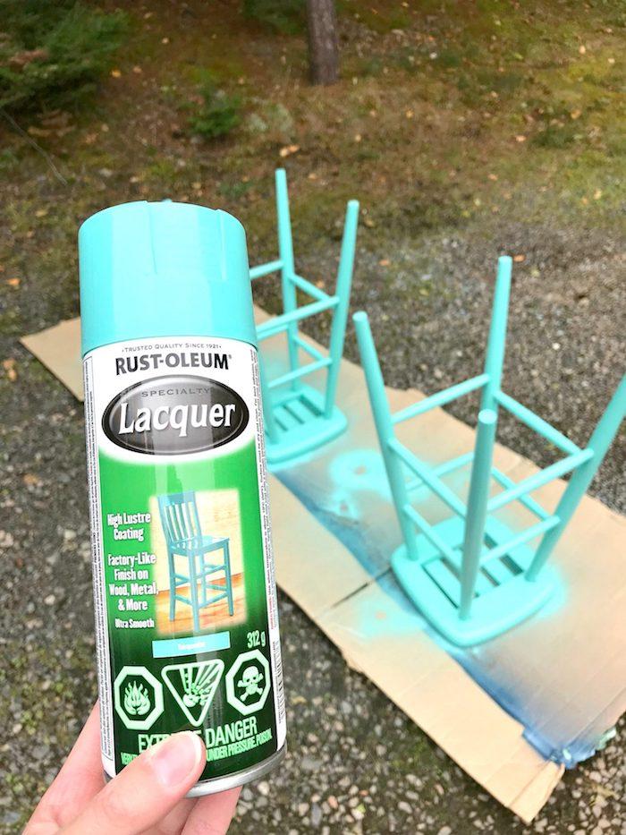 Chaise haute aigue marine, peindre un meuble vernis, upcycling meuble en bois cool