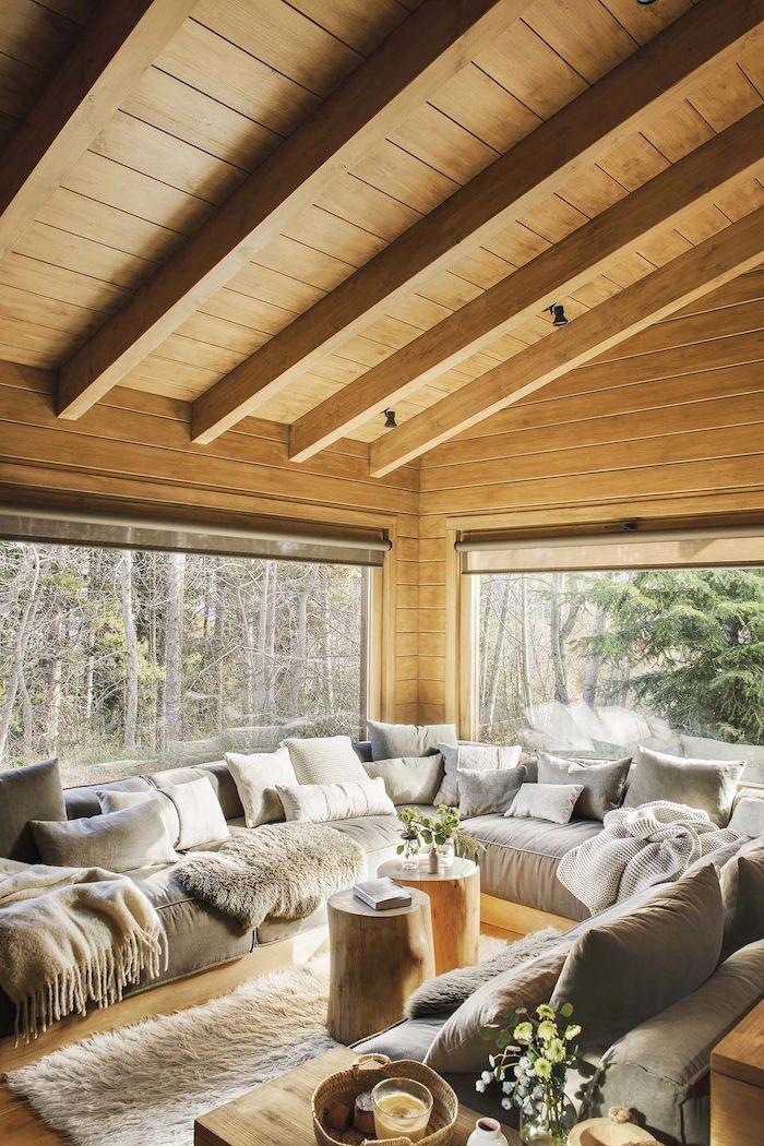 Grande canapé en angle à couleur gris claire, interieur chalet, déco scandinave rustique, petit chalet en bois